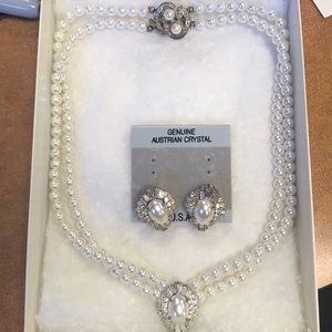 Jewelry - Pearl necklace with pair of pearl clip on earrings